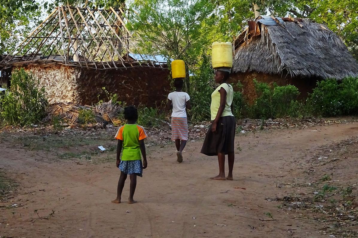 Täglich holen die Frauen Wasser, das sie in Kanistern auf ihren Köpfchen transportieren.