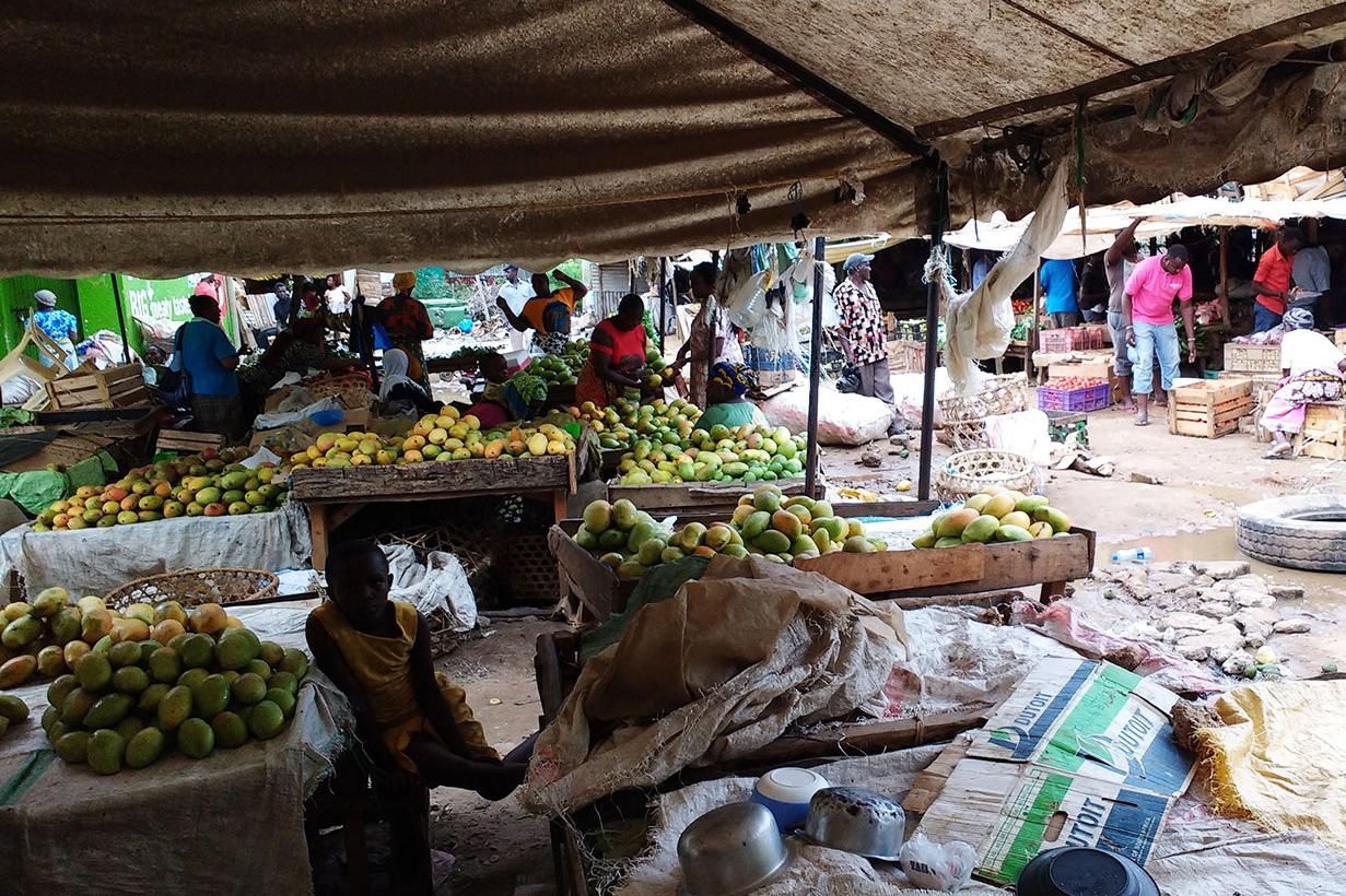 Auf dem Markt in Kilifi verkaufen die Menschen täglich ihre landwirtschaftlichen Produkte.