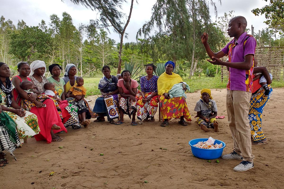 Sifah, Projektkoordinator von UDI, bei einem Workshop für die Frauen in Majajani
